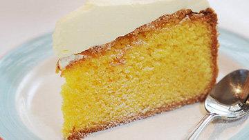 Пирог подать, нарезав порционно с йогуртом или сметаной