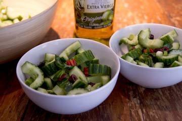 Такой салат из огурцов можно подать как отдельное блюдо
