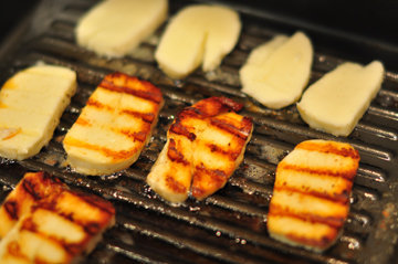 Нагреть гриль и приготовить овощи и сыр