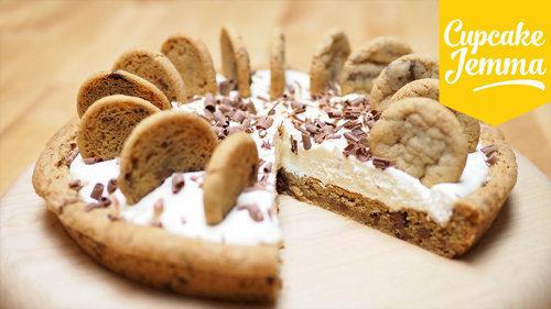 Как испечь пирог с шоколадной крошкой, кремом и печеньем