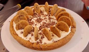 пирог с шоколадной крошкой, кремом и печеньем