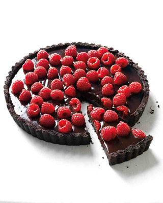 Готовый тарт подать, украсив свежими ягодами