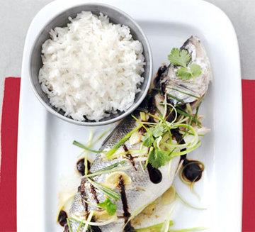 Подать морского окуня с рассыпчатым рисом