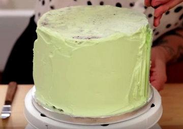 Когда торт будет собран, смазать его кремом