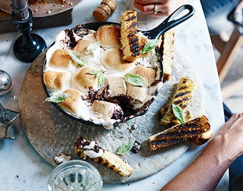 Шоколадный десерт в сковородке