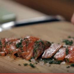 Нарезать острым ножом рыбу тонкими пластинками