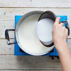 В большой кастрюле нагреть 500 мл козьего и 500 мл коровьего молока