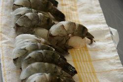 12 больших сырых креветок