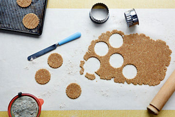 Формочкой для печенья вырезать печенья