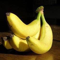 Банан очистить и размять в мягкую кашицу