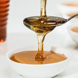 Сухие дрожжи и мед положить в сосуд