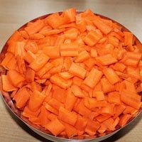 Морковь очистить и нарезать крупными кусочками