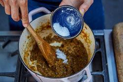 добавить 1 чайную ложку морской соли и сахар