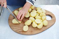 narezat-kartofel-na-krupnye-kusochki