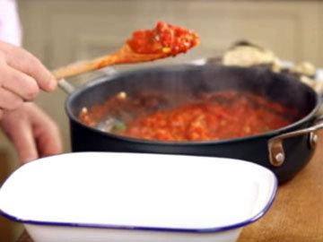 На дно формы положить намного соуса