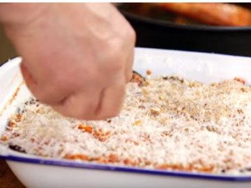 посыпать равномерным слоем хлебные крошки