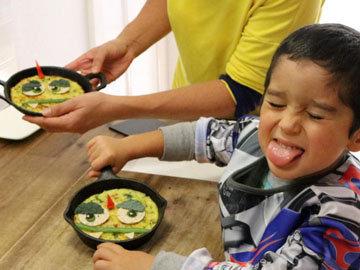 Дети едят с большим аппетитом