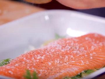 Положить лосося