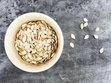 Промыть семена в миске с водой