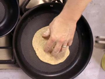 Жарить на сухой горячей сковородке