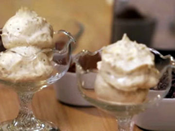 подавать ванильное мороженое