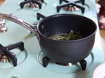 приготовить ароматное масло и ароматную метелочку