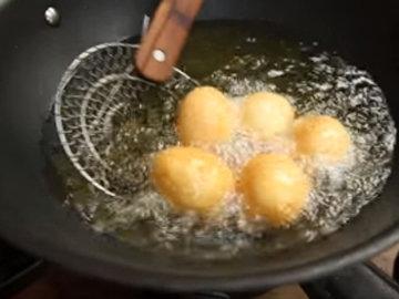 Опустить яйца в кипящий жир