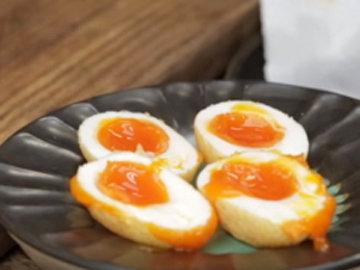 Яйца разрезать вдоль