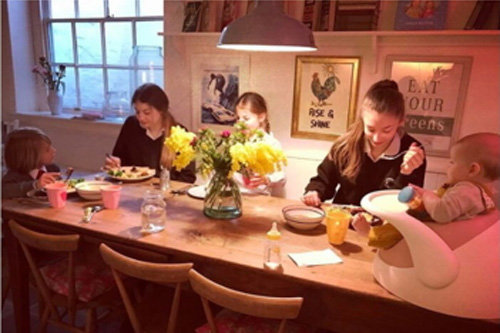 4. обеденный стол для всей семьи