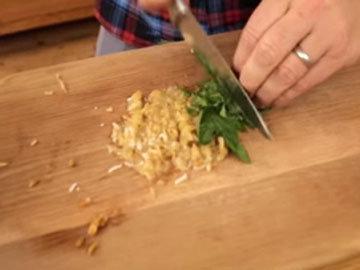 Мелко нарезать лимоны и травы