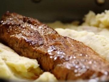 4. Картофель выложить на дно сковороды