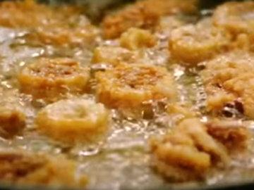 6. Опускать кусочки кальмара в горячее масло и готовить
