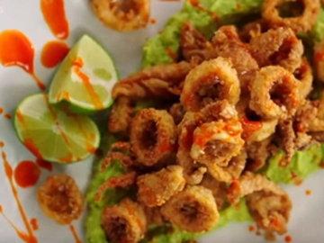 9. Подать кальмары с авокадо, кусочками лаймов, сбрызнув соусом чили