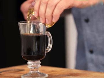 Влить 50 мл ирландского виски