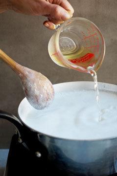 Шаг 2 Добавить уксус в молоко
