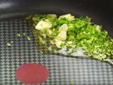 обжарить лук, чеснок и базиликовые стебли