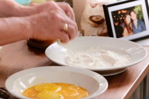 3. Колечки обсыпать мукой и смочить в яйце