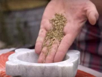 1 ст.л. семян фенхеля, щепотку перца и соли истолочь в ступке