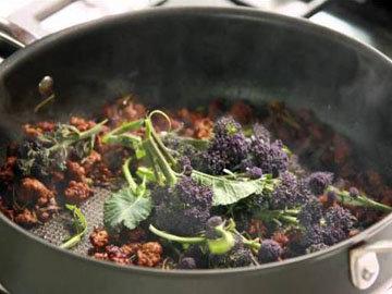 Добавить брокколи в сковородку