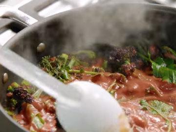 влить протертые помидоры