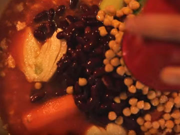 Добавить овощи в сковородку с помидорами, фасолью и нутом