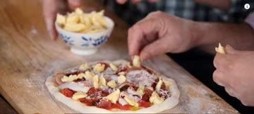 Приготовление пиццы с чеддер и салями 7
