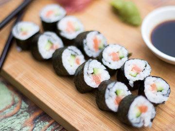 Простые суши из лосося