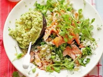 Салат суши с копченым лососем, авокадо и капустой кале