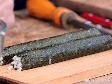 Суши нарезать острым ножом