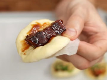 внутри смазать соусом хоисин, положить мясо