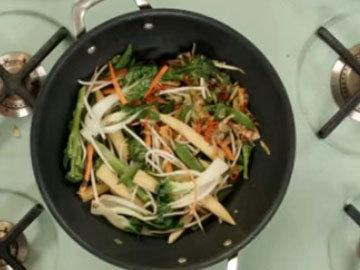 3. Нарезать и добавить пак чой, брокколи, морковь