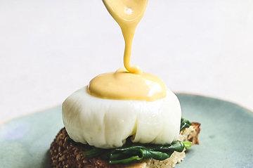 Подать соус к яйцам-пашот 2