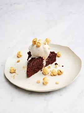Шоколадный брауни. С мороженым, лесными орехами и карамельным попкорном
