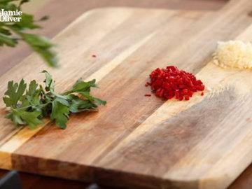 Очистить чеснок и мелко порубить с перцем чили
